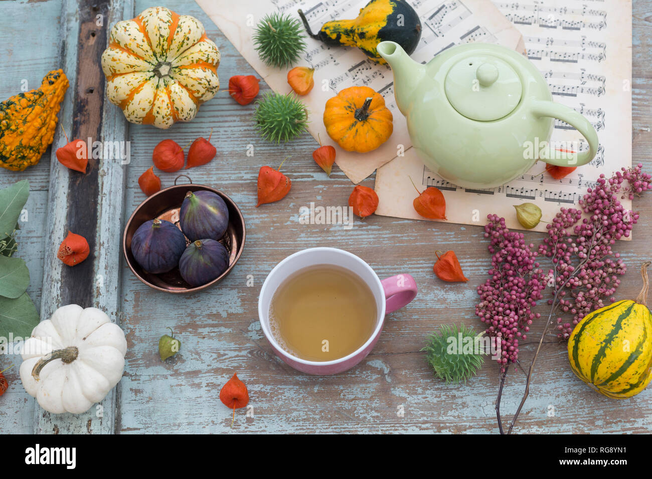 Autunnale di decorazioni per la tavola con zucche decorative, le lanterne cinesi Foto Stock