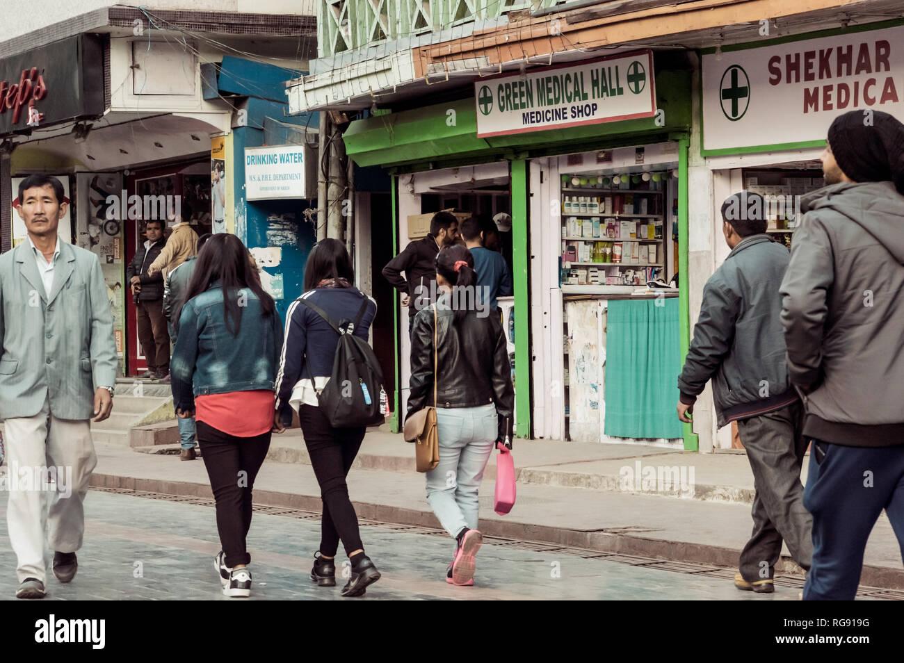 MG MARG, Gangtok, India 3 gennaio 2019: scene di strada nel centro commerciale popolare strada di MG Marg Gangtok. La città è oggi un vivace centro culturale e popolare turi Immagini Stock
