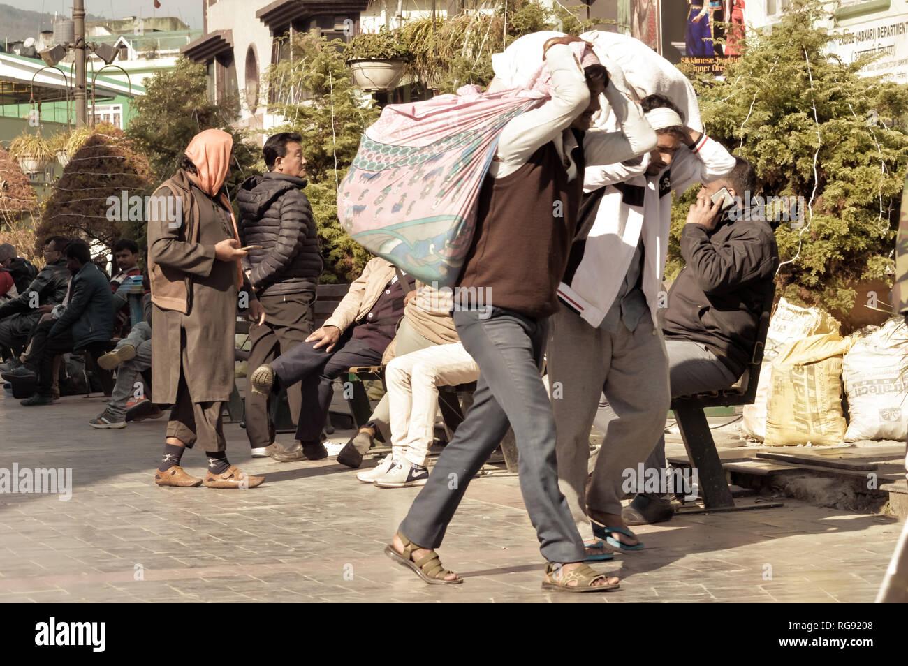 MG Marg Gangtok Sikkim India Dicembre, 26, 2018: lavoro di persone a piedi nella trafficata MG Marg street. Messa a fuoco selettiva. Immagini Stock