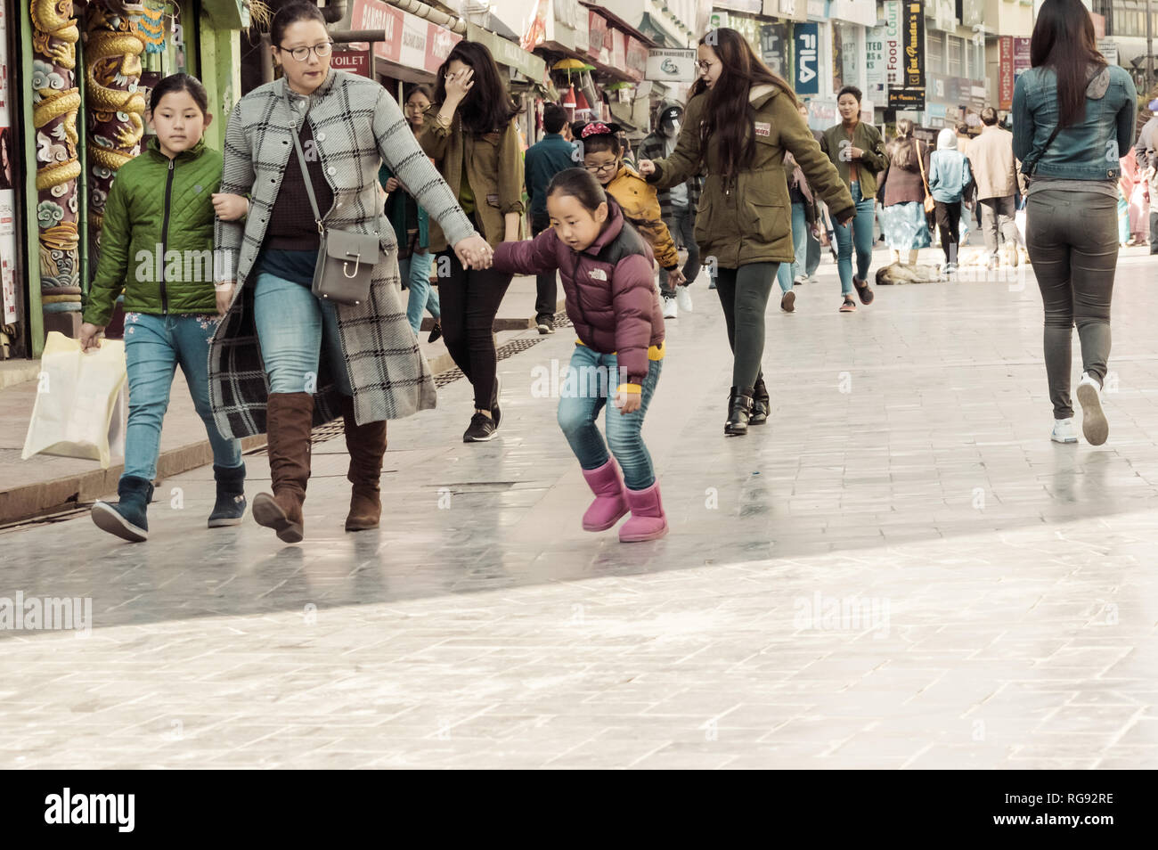 MG Marg Gangtok Sikkim India Dicembre, 26, 2018: persone facendo una passeggiata su vacanze di natale nella trafficata MG Marg street. Messa a fuoco selettiva. Immagini Stock
