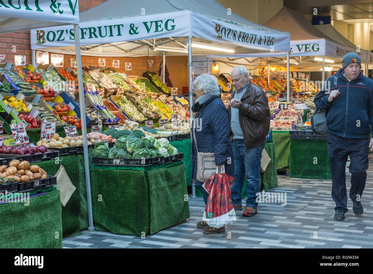 Mercato di frutta e verdura in stallo Market Walk in Woking Town Center, Surrey, Regno Unito, con la gente a fare shopping. La vita di tutti i giorni. Immagini Stock