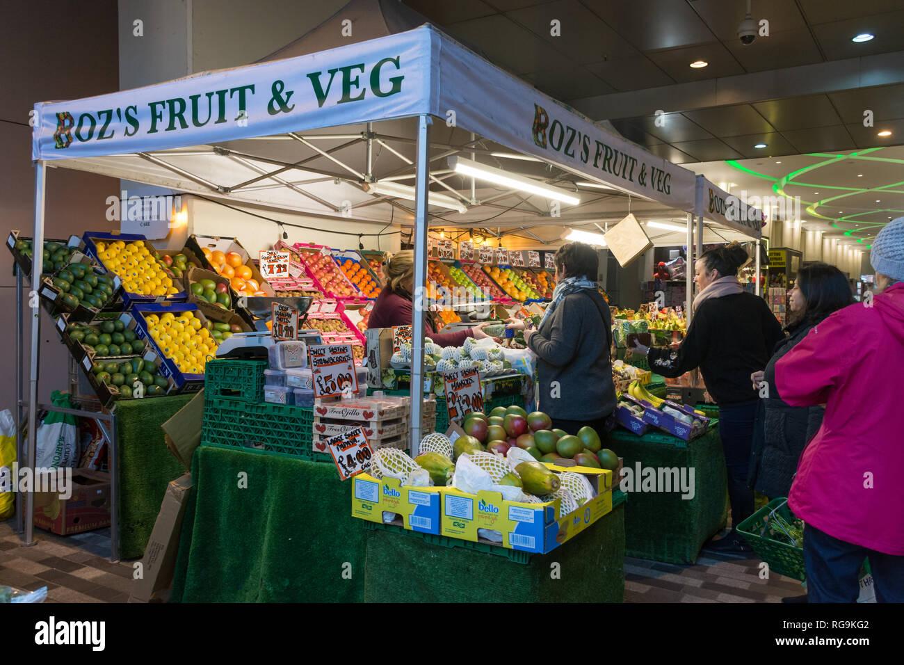 Mercato di frutta e verdura in stallo a Woking Town Center, Surrey, Regno Unito, con la gente a fare shopping. La vita di tutti i giorni. Immagini Stock