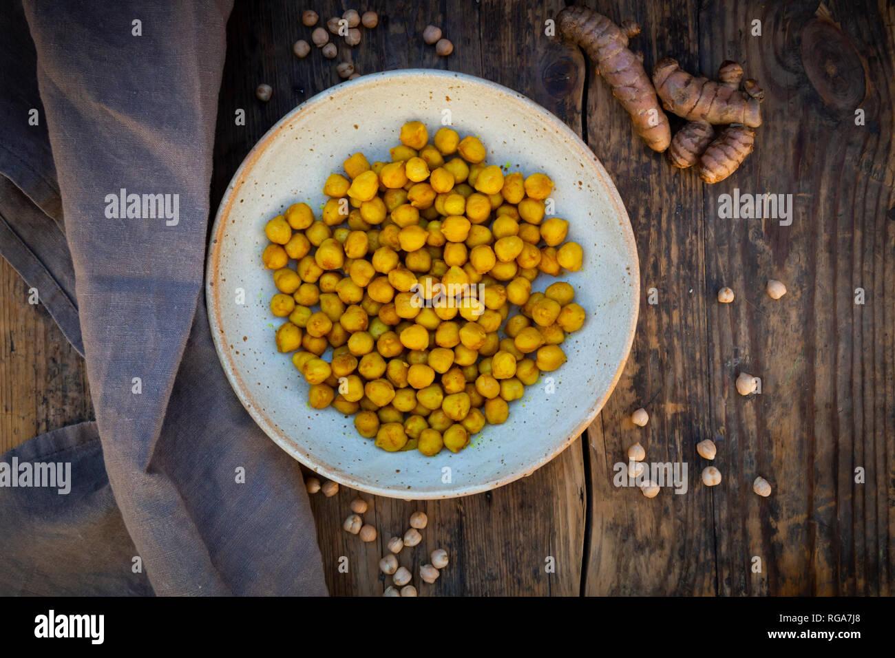 Ciotola di ceci arrosto aromatizzato con curcuma Immagini Stock
