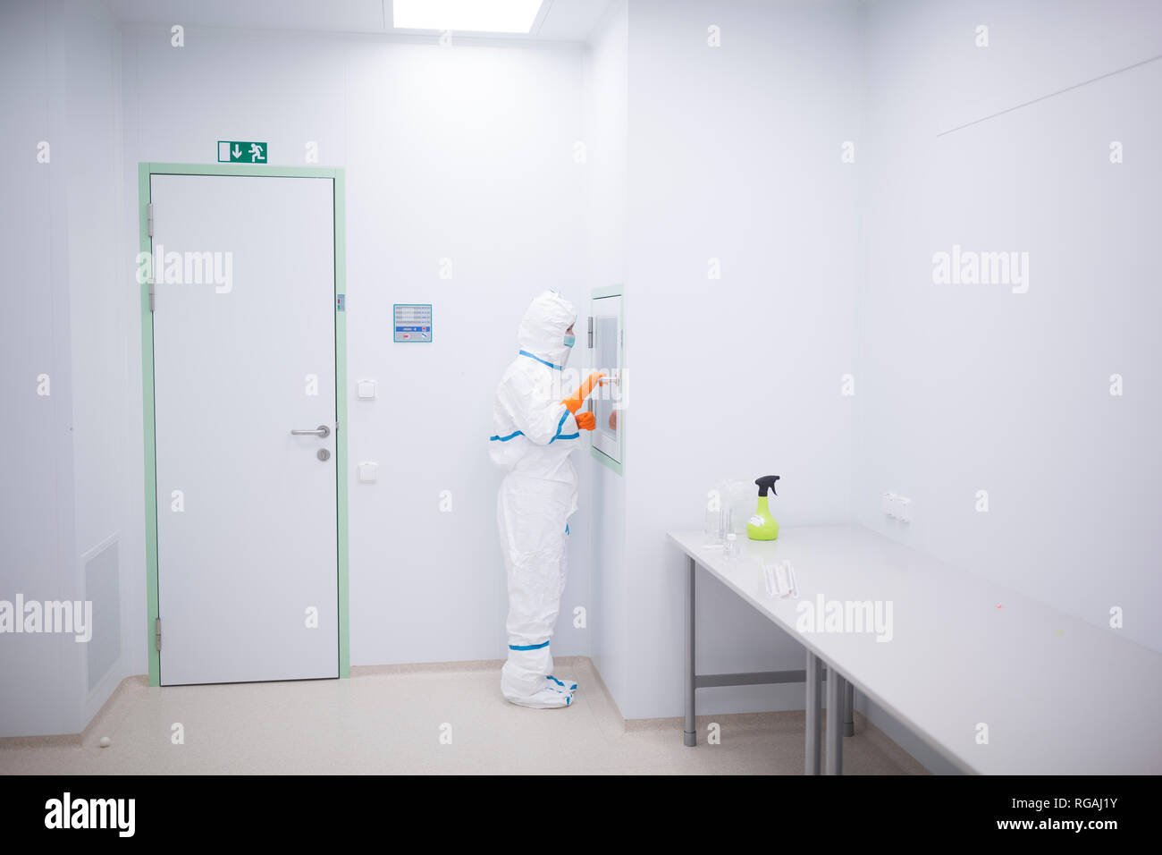 Tecnico di laboratorio per camera bianca di usura generale a materiale chiusa Immagini Stock