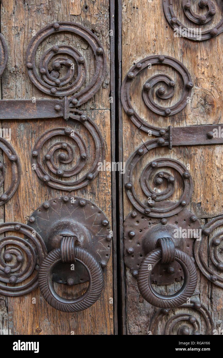 Detall de la forja de la porta de l'esglesia de Bellver de Cerdanya. Immagini Stock