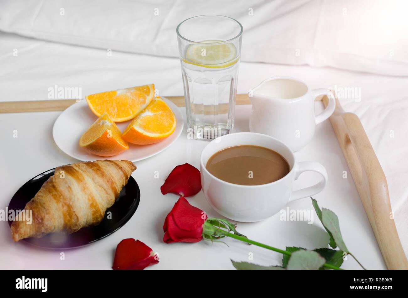 Colazione A Letto Romantica.Romantico San Valentino Colazione A Letto Vassoio Con Croissant