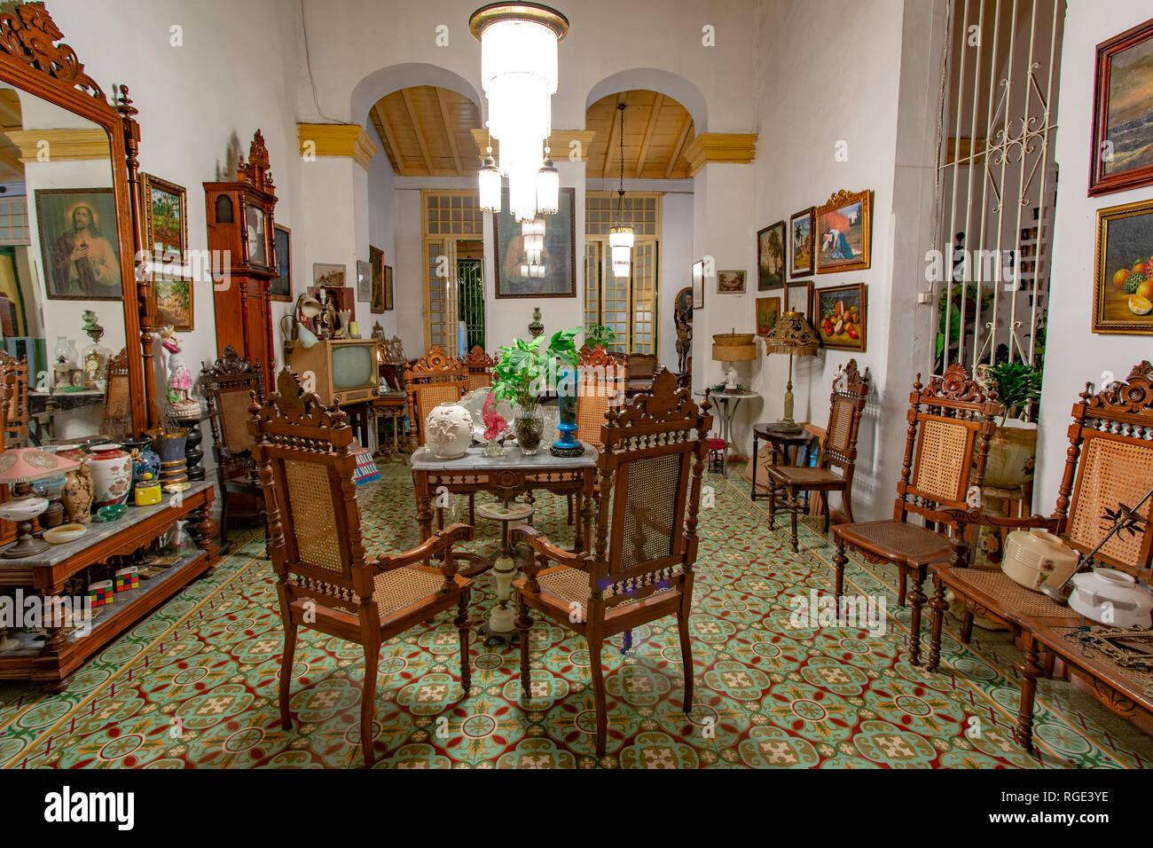 Stanza Di Una Casa Coloniale Con Antichi Mobili In Legno E Decorate