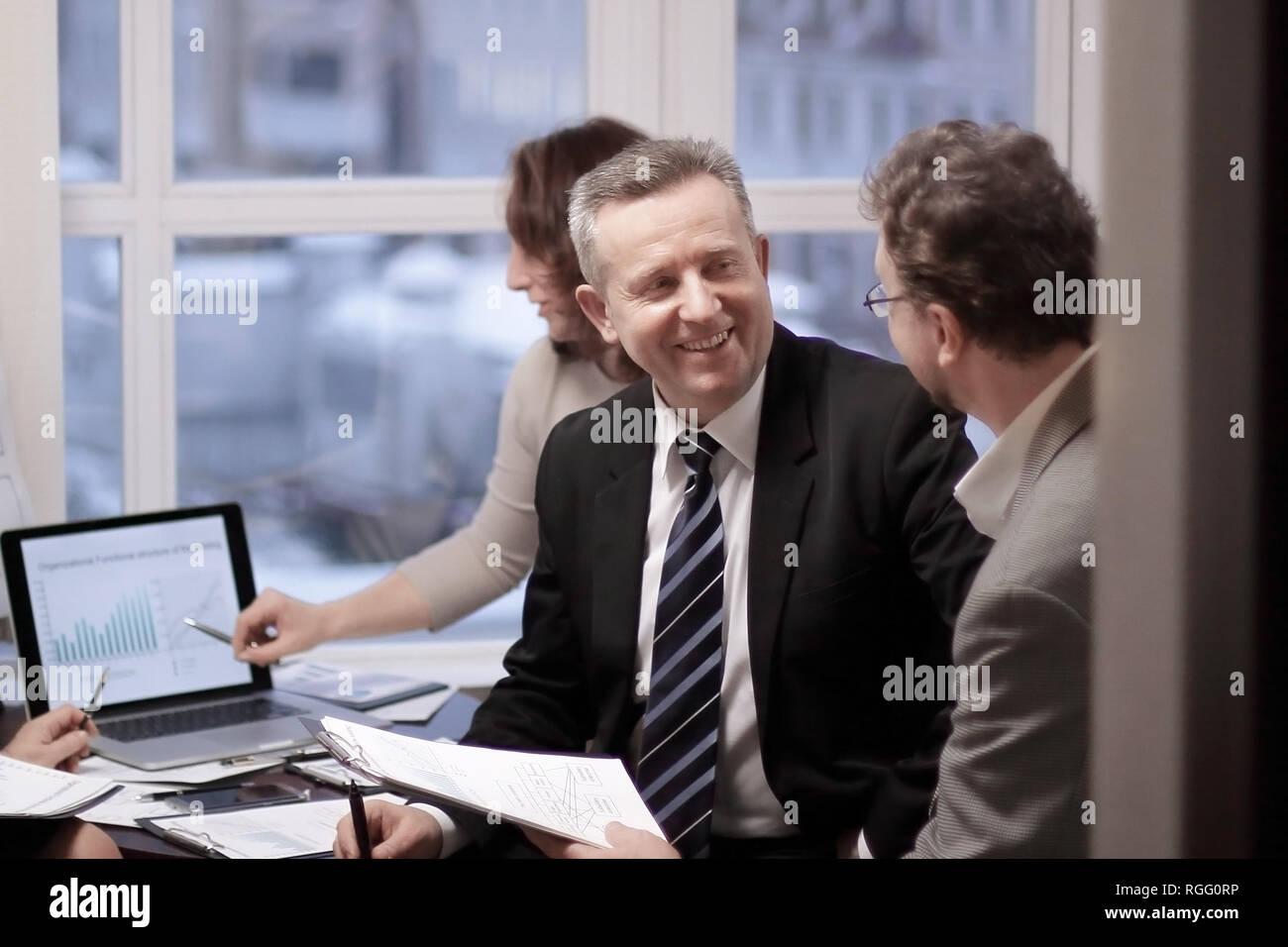 Business partner impegnati in un dialogo in un ufficio moderno. Immagini Stock