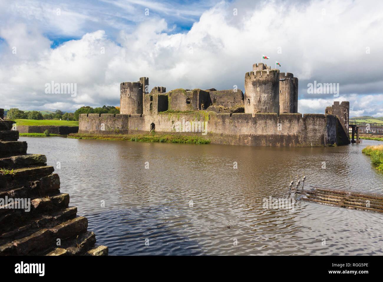 Caerphilly, Caerphilly, Wales, Regno Unito. Castello di Caerphilly con il suo fossato. Immagini Stock