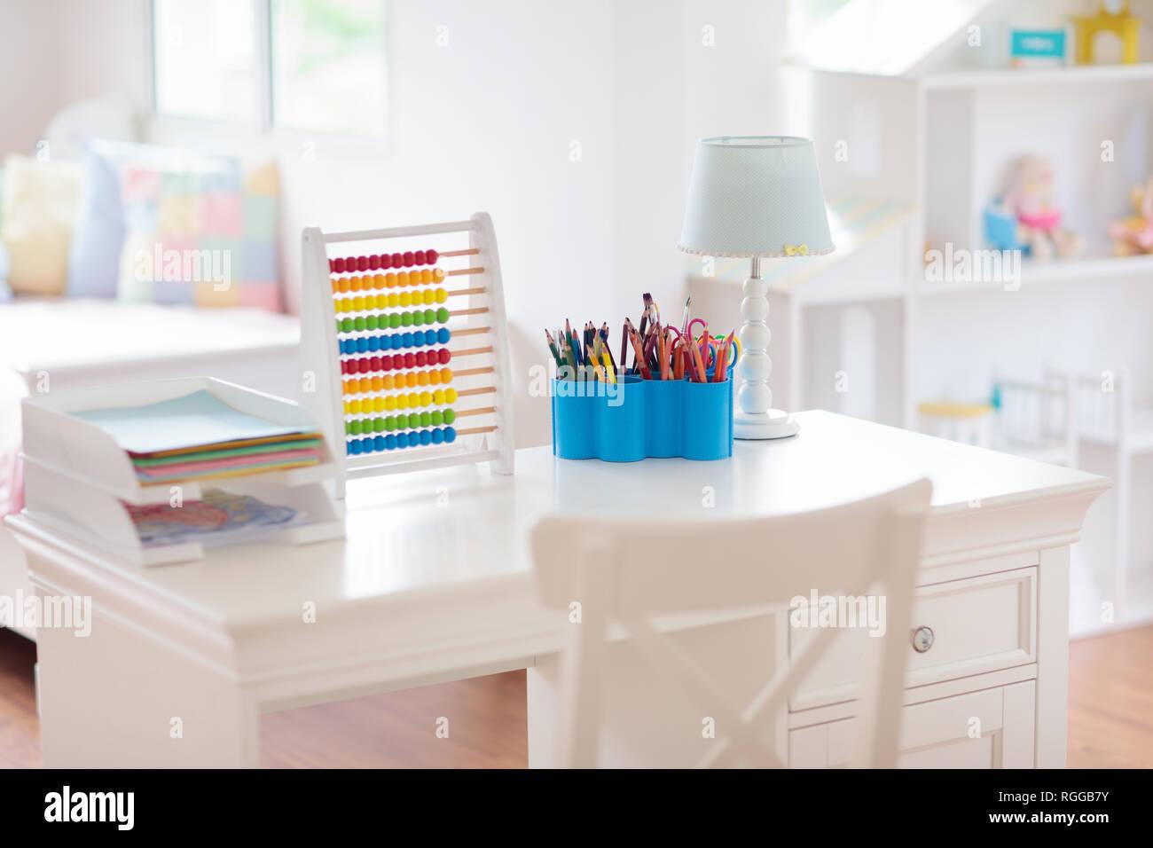 Bambini La camera da letto con scrivania in legno e casa di ...