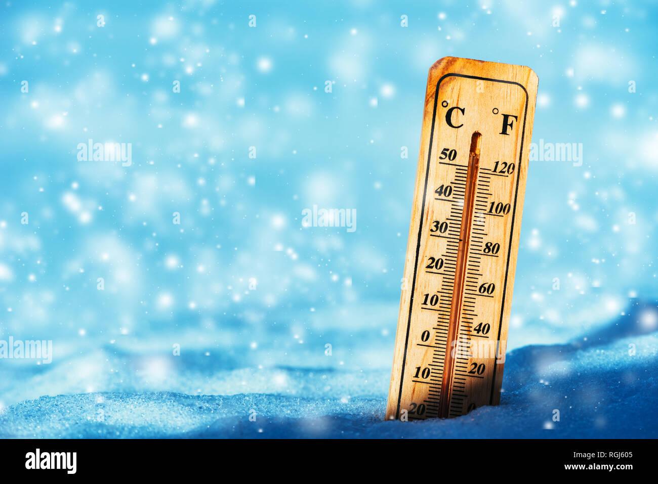 Temperatura Fredda Al Di Sotto Dello Zero Sul Termometro Di Neve Durante La Stagione Invernale Foto Stock Alamy Scegli la consegna gratis per riparmiare di più. https www alamy it temperatura fredda al di sotto dello zero sul termometro di neve durante la stagione invernale image233969125 html