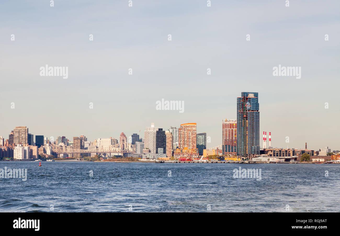 La vista su tutta la East River verso il cacciatore punto a sud nella città di Long Island, New York City. Roosevelt Island e il Queensboro Bridge può essere visto. Immagini Stock