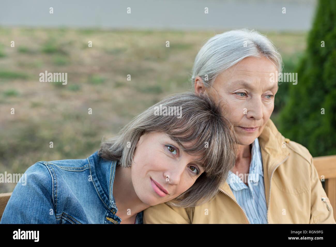 Ritratto di donna matura seduta sul banco di lavoro con la sua madre all'aperto Foto Stock