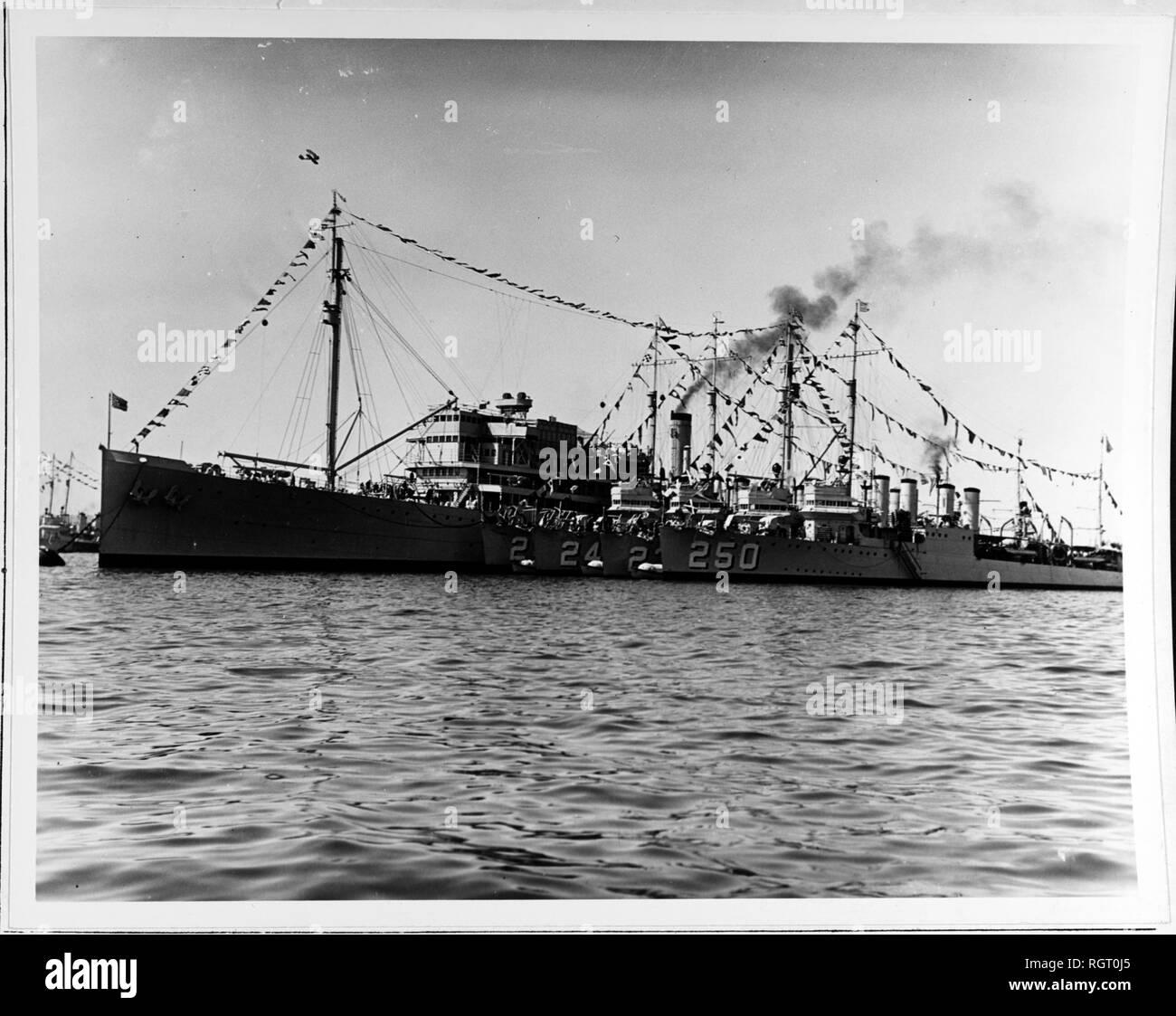 Ormeggiata nel porto di San Diego, California, il giorno della Marina, 27 ottobre 1932. Il cacciatorpediniere legato fino a fianco sono (da interno ad esterno): USS Sands (DD-243); USS King (DD-242); USS Humphries (DD-236); e USS Lawrence (DD-250). Tutte le navi sono vestiti con le bandiere per la vacanza. Nota il volo aereo overhead. Donazione di Franklin Moran, 1967. Stati Uniti Storia navale e patrimonio Il comando di una fotografia. Immagini Stock