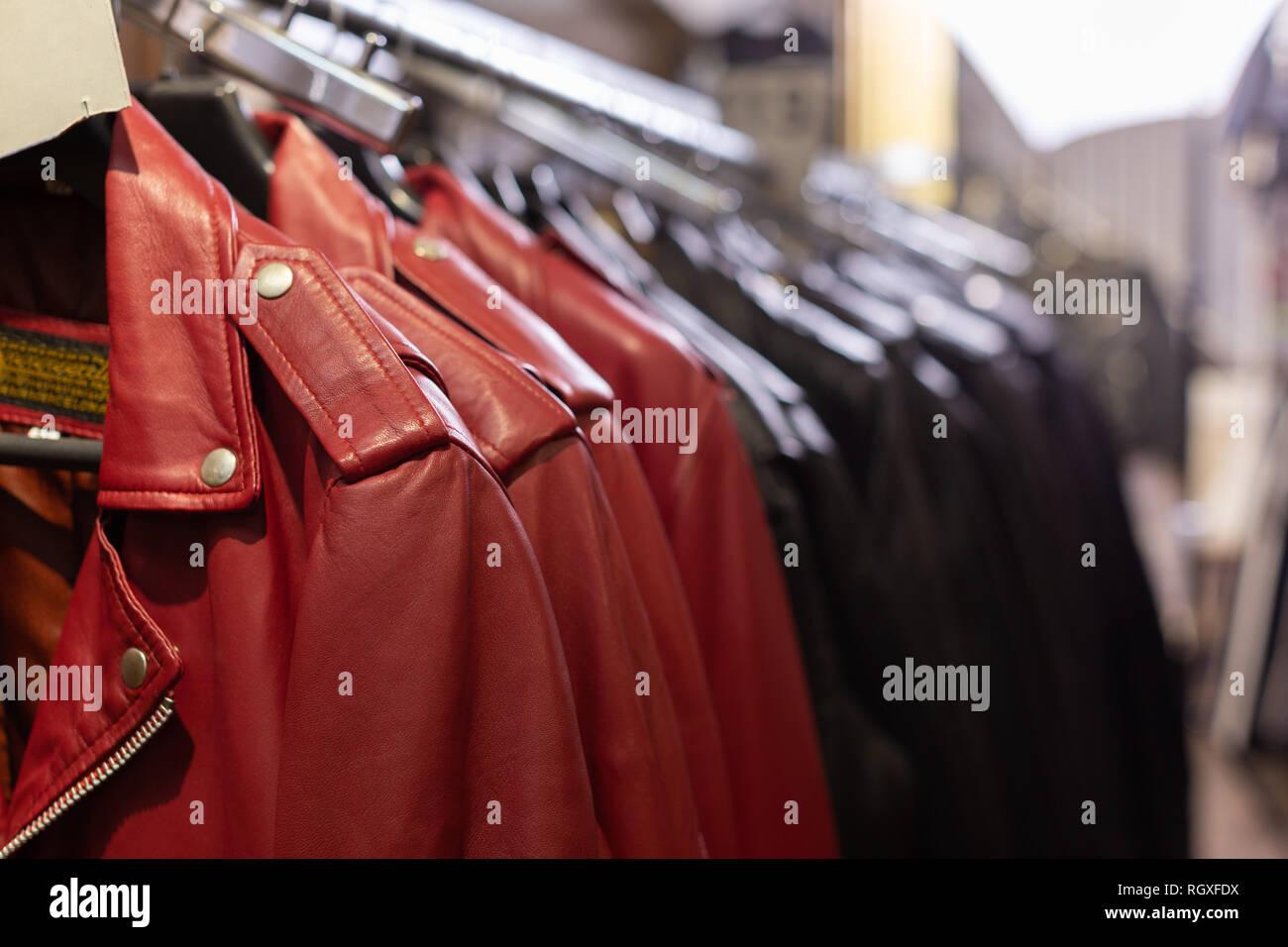 a09abddb1ffc8a Vista ravvicinata di diversi colori giacche su scaffalature in indumenti di  cuoio Indumenti di cuoio store