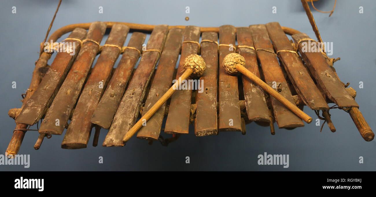 Strumento musicale. Idiophon. Balofon e due fruste. Il Ciad. L'Africa. Immagini Stock