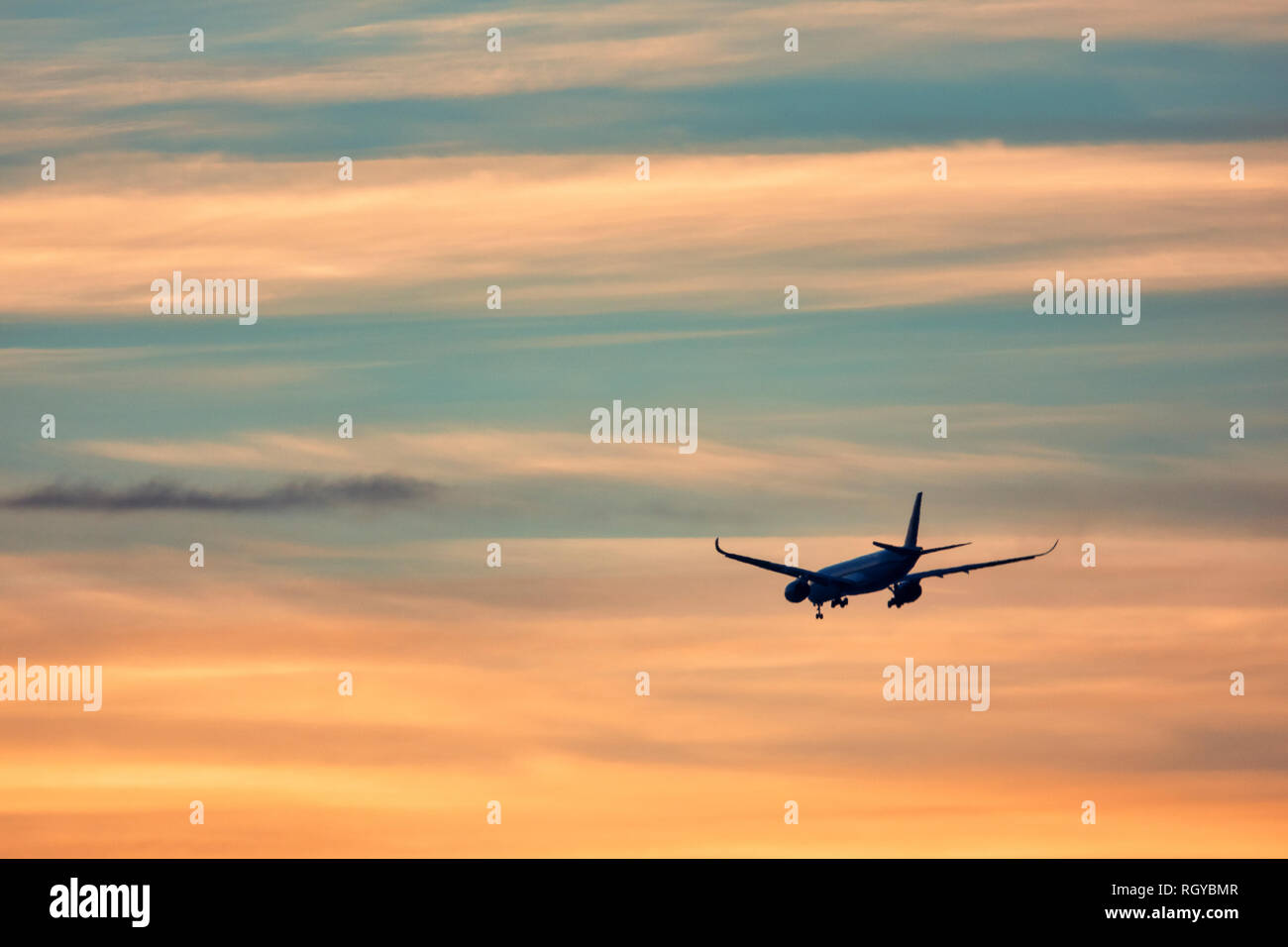 Aereo in fase di decollo al tramonto Immagini Stock