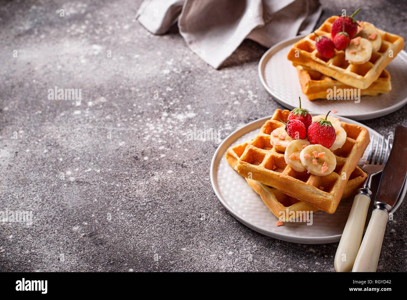 Cialde con fragole e banane Foto Stock
