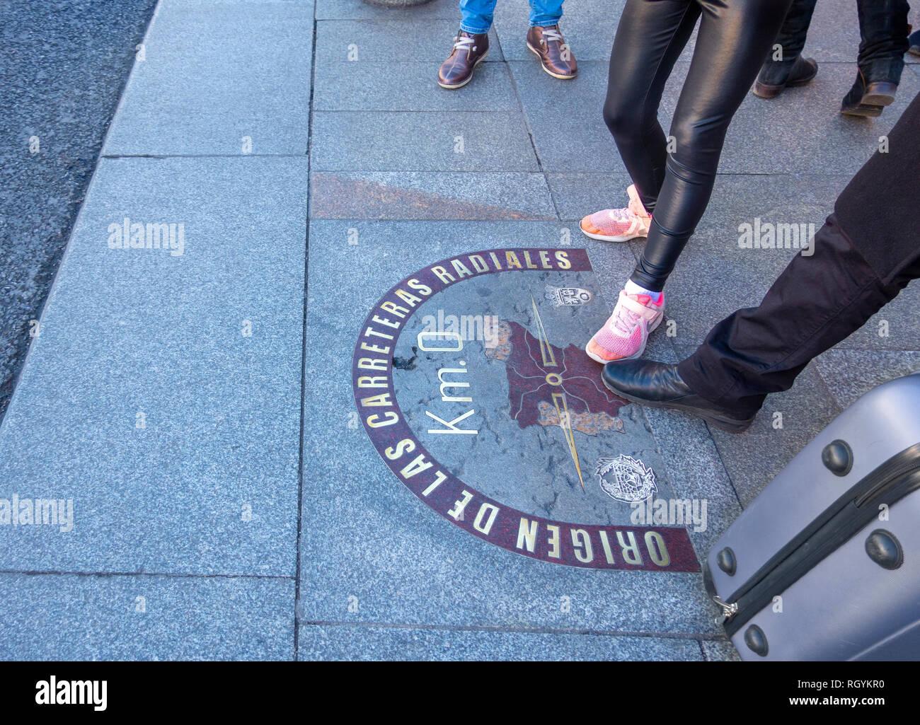 Madrid chilometro zero km 0 la pietra che indica il centro geografico della Spagna da cui tutte e sei le strade nazionali sono misurate. Foto Stock