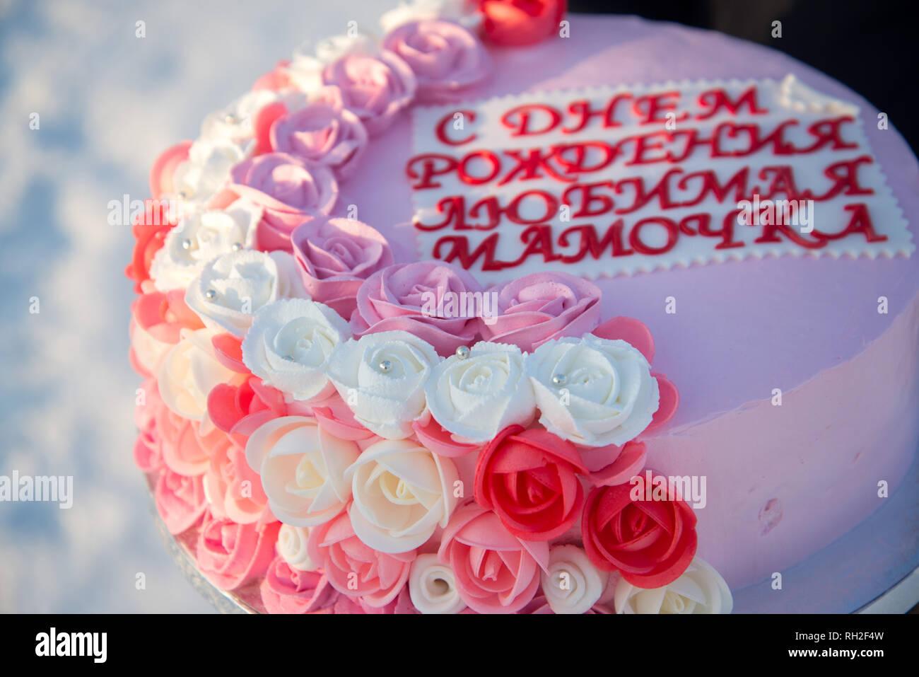 Bella Torta Con Fiori Di Colore Rosa Nelle Mani Di Una Ragazza Su