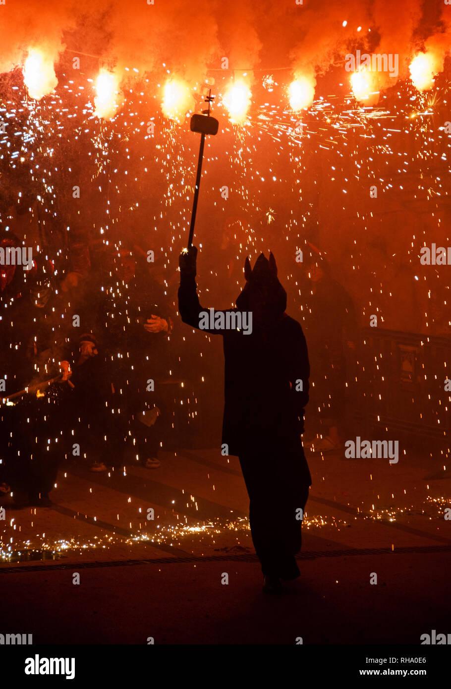 Un diavolo ballare con il fuoco durante un 'correfoc', una tradizione catalana Immagini Stock