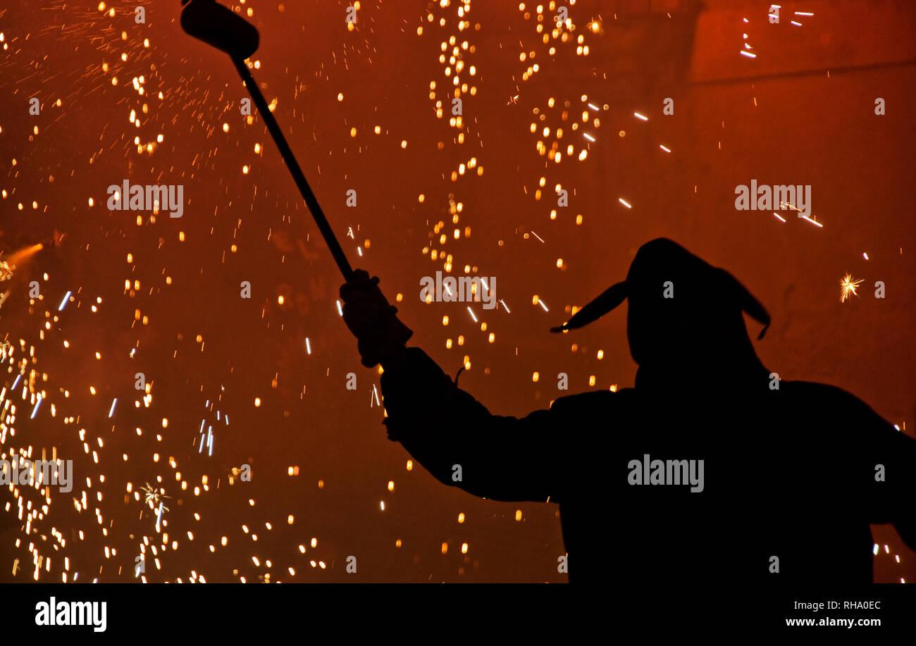 Un diavolo ballare con il fuoco durante un correfoc, una tradizione catalana Immagini Stock
