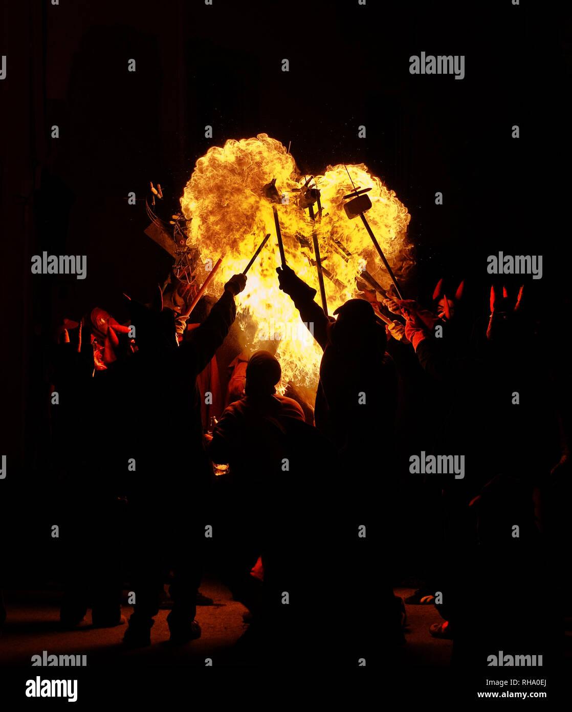 Un grande cuore ardente è stata formata nel corso di una tradizione catalana con i diavoli (correfoc)... hot amore e passione! Immagini Stock