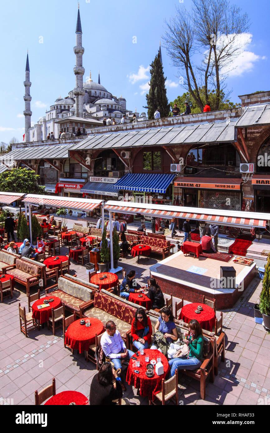 Istanbul, Turchia : persone insieme a un cafè all'aperto sotto la Moschea Blu o di Sultan Ahmed moschea. Foto Stock