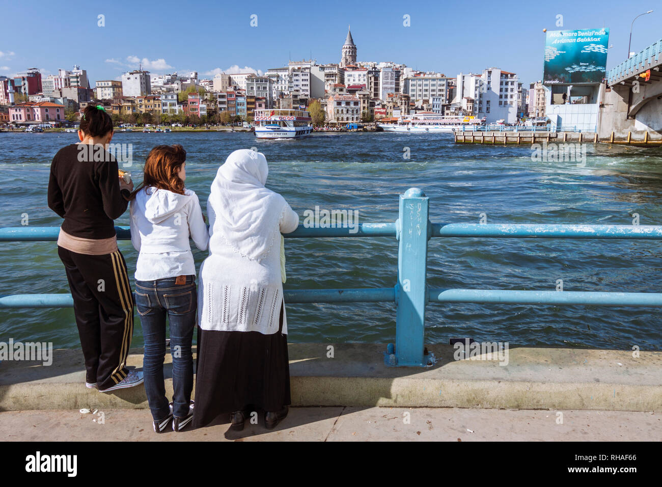 Istanbul, Turchia : ThreeTurkish le donne guardano al Golden Horn e lo storico quartiere di Galata. Immagini Stock