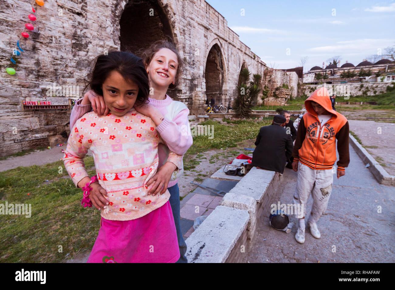 Istanbul, Turchia : vita quotidiana scena sotto l Acquedotto di Valente, un acquedotto romano che è stato il grande acqua-sistema di fornitura dell'Est cappuccio Romano Immagini Stock