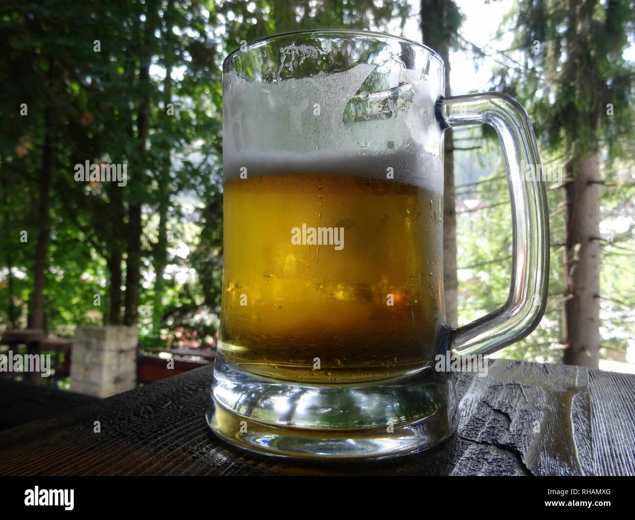 Bicchiere Di Spumeggiante Birra Artigianale A Freddo Un Boccale Di Birra Foto Stock Alamy