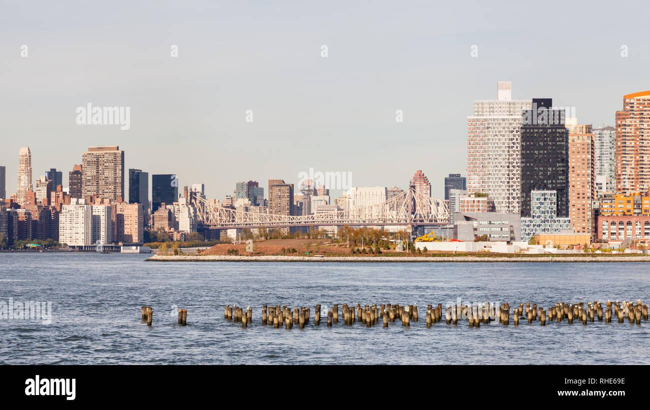 La vista su tutta la East River verso il cacciatore punto a sud nella città di Long Island, New York City. Immagini Stock