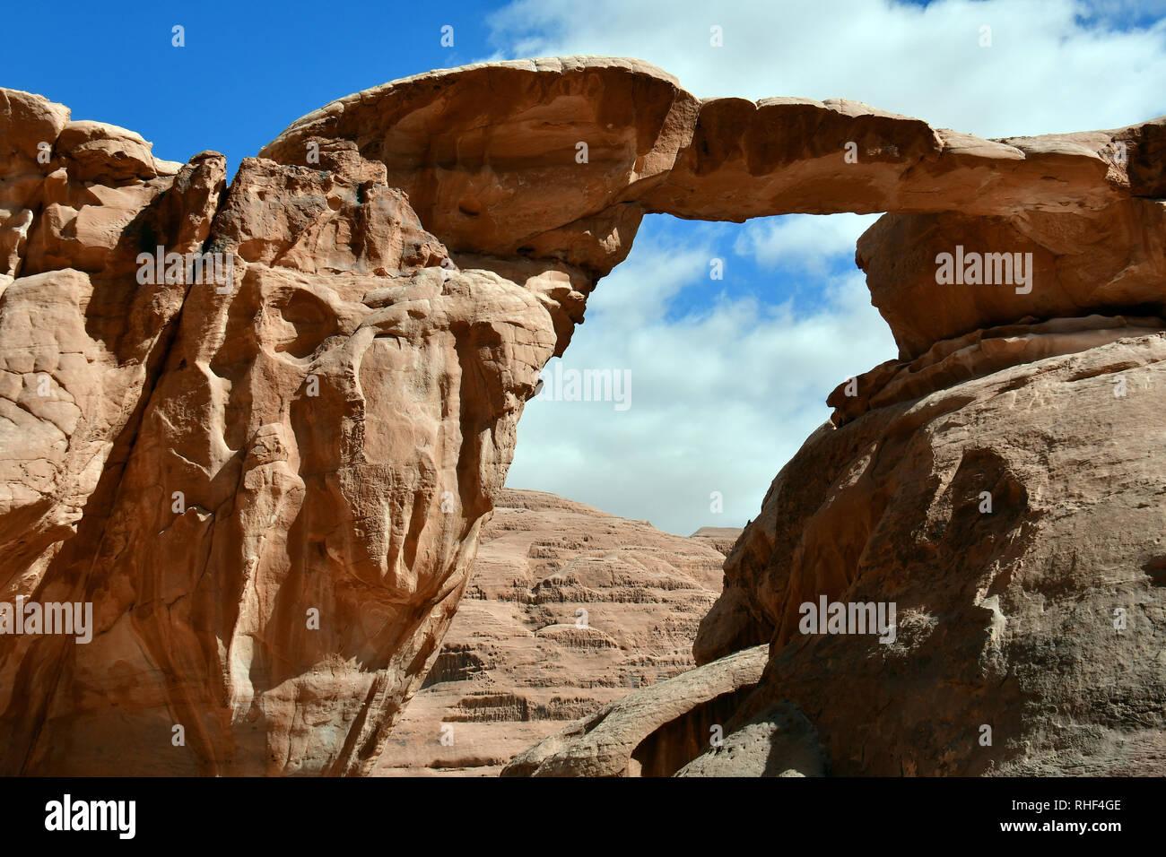 Um Fruth ponte in pietra a Wadi Rum desert. L'area protetta elencati come patrimonio mondiale dall' UNESCO, Giordania Foto Stock