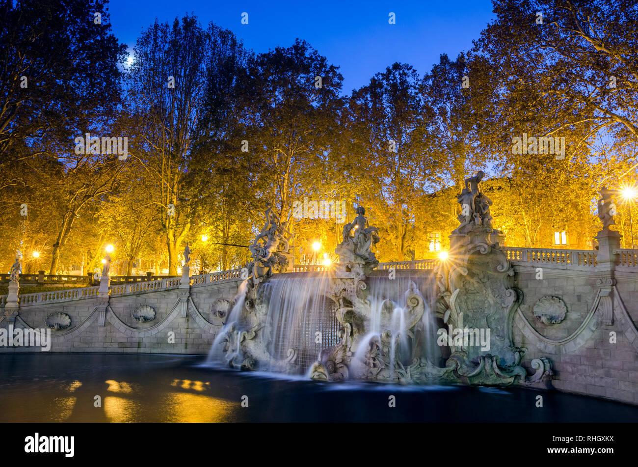 Torino Fontana dei dodici mesi al chiaro di luna Foto Stock