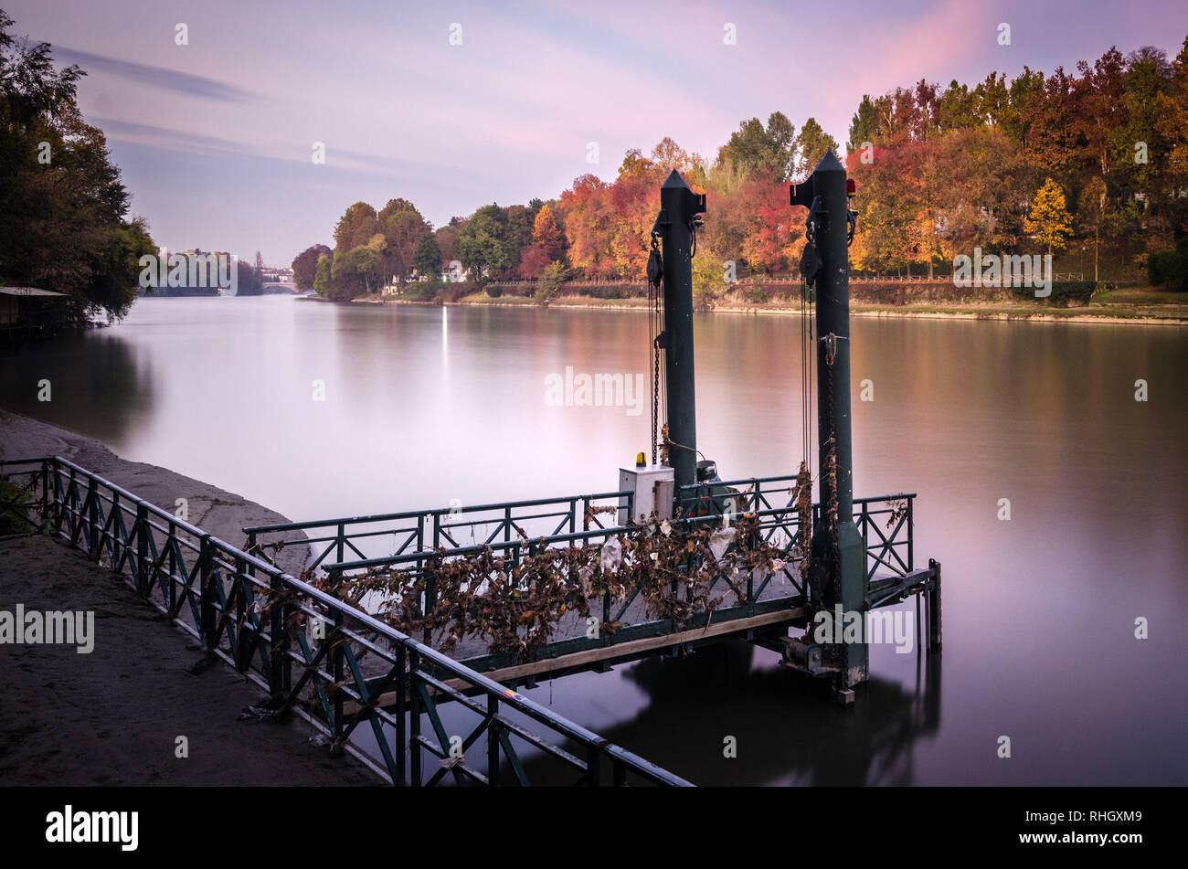 Torino Parco del Valentino e il fiume Po in Autunno colori1 Foto Stock