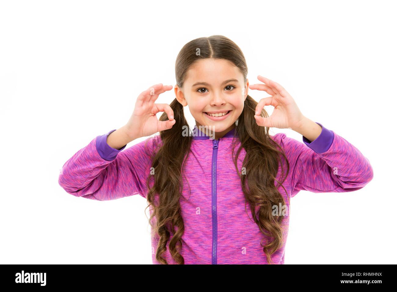 Cose che andrà bene. Ragazza bambino faccia felice mentre si visualizza ok gesto sfondo bianco. Kid soddisfatti di tutto. Tutto è ok o fine. Alright concetto. Bene gesto il linguaggio del corpo. Immagini Stock