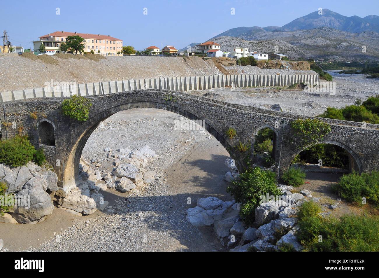 Albania, Shkodra, l'Europa. Il ponte di Mesi (Ura e Mesit) attraverso la Kiri fiume vicino a Shkodra. Immagini Stock
