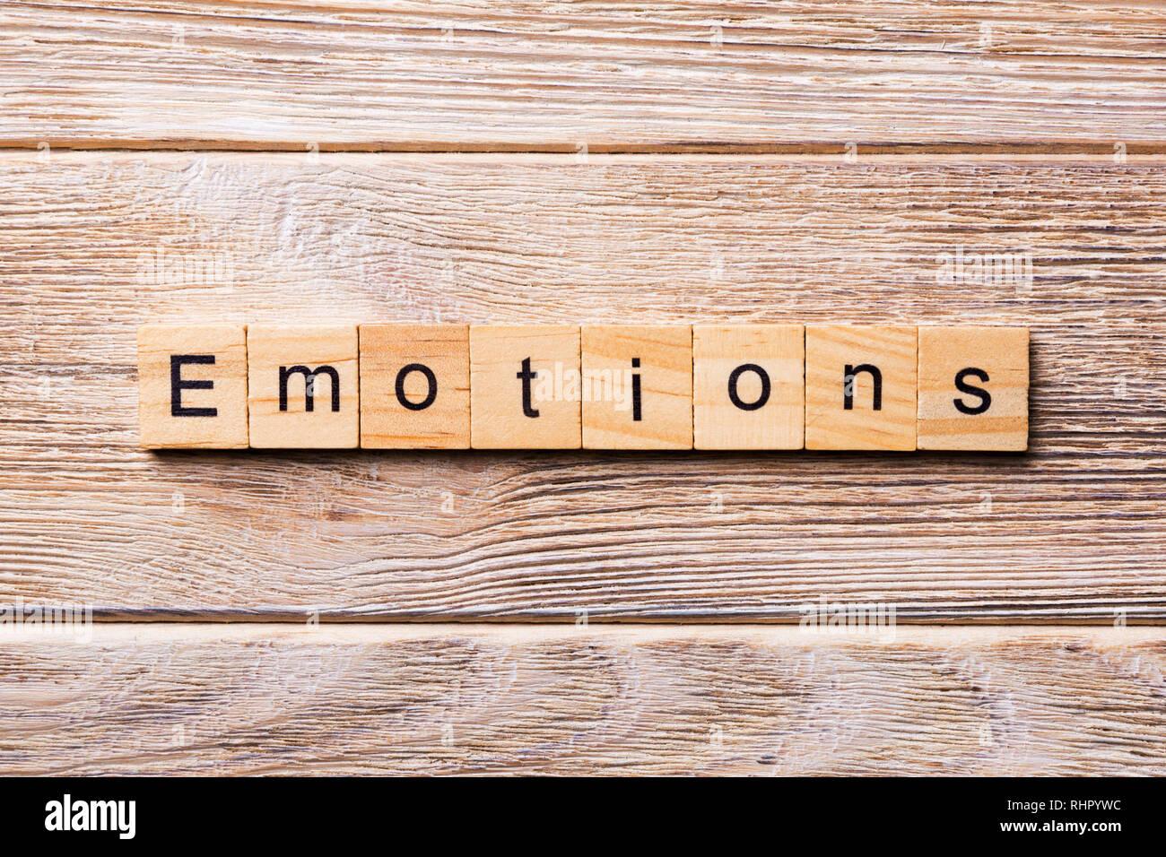 Emozioni parola scritta sul blocco di legno. Emozioni testo sul tavolo in legno per il desing, concetto. Immagini Stock
