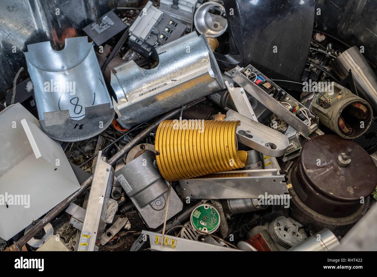 Rifiuti elettronici in un contenitore Immagini Stock