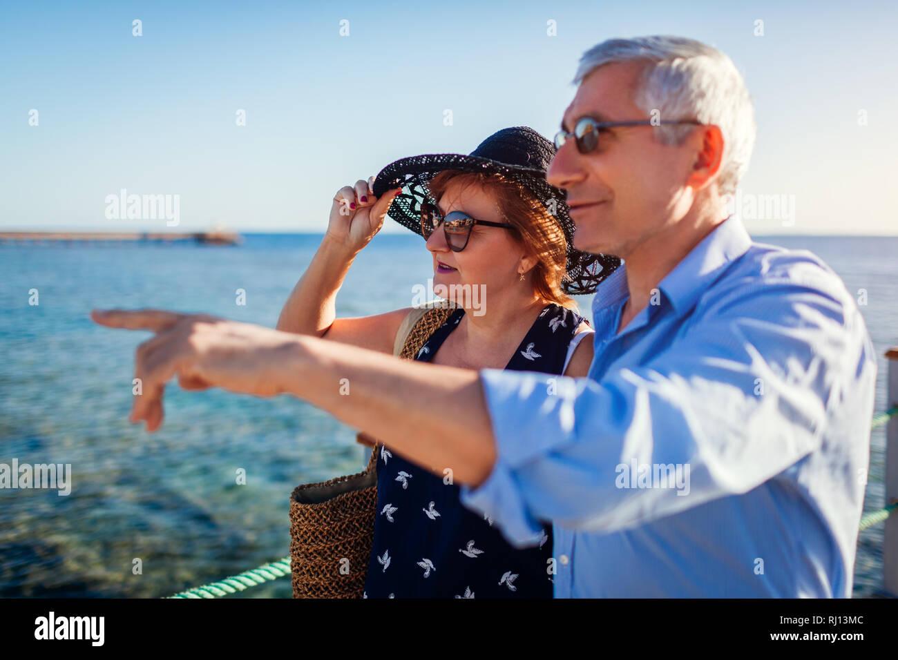 Coppia senior camminando sul molo per mare rosso. Le persone che si godono la vacanza. Il giorno di San Valentino Foto Stock