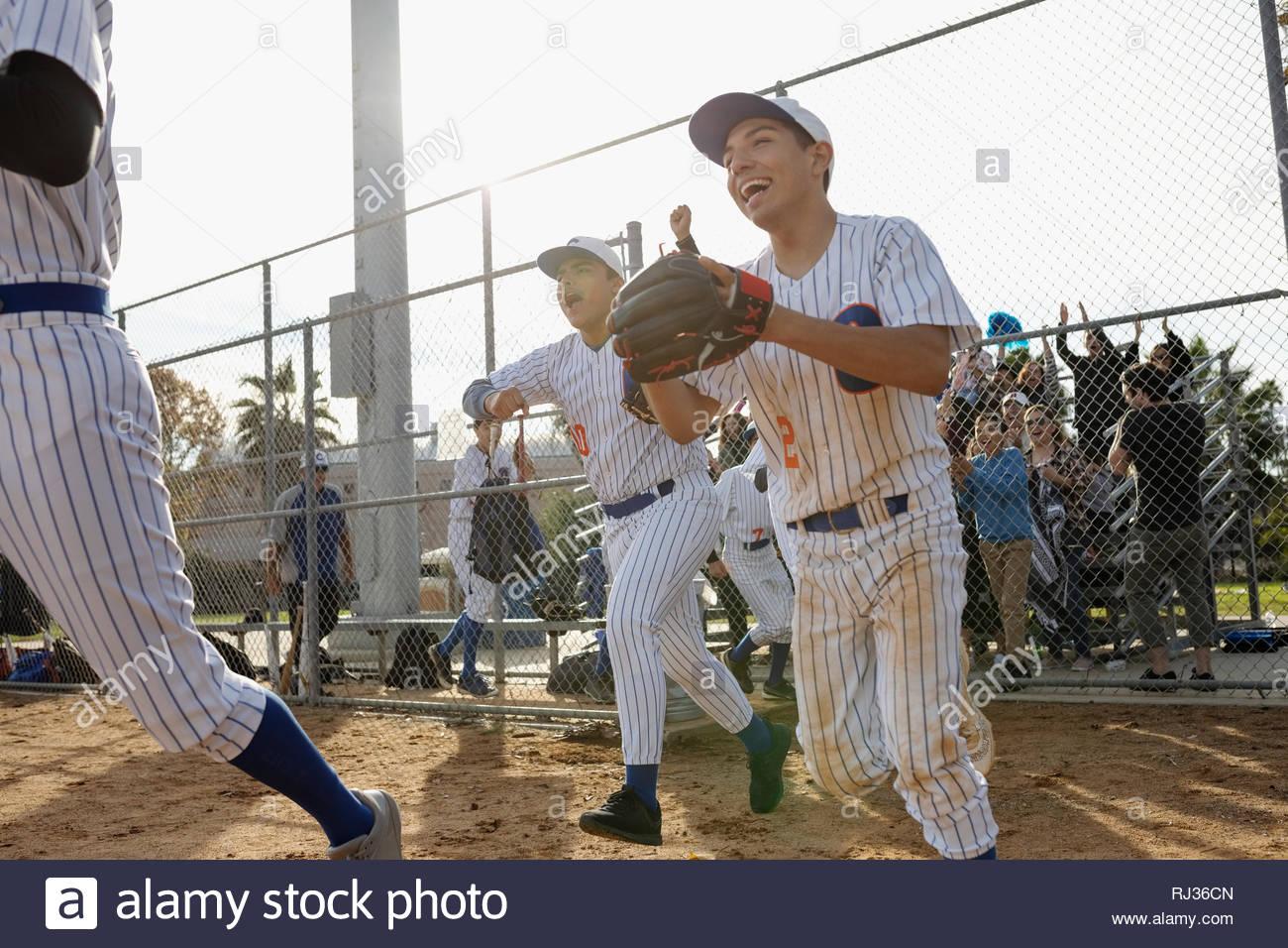 Emozionato i giocatori di baseball in esecuzione sul campo Immagini Stock
