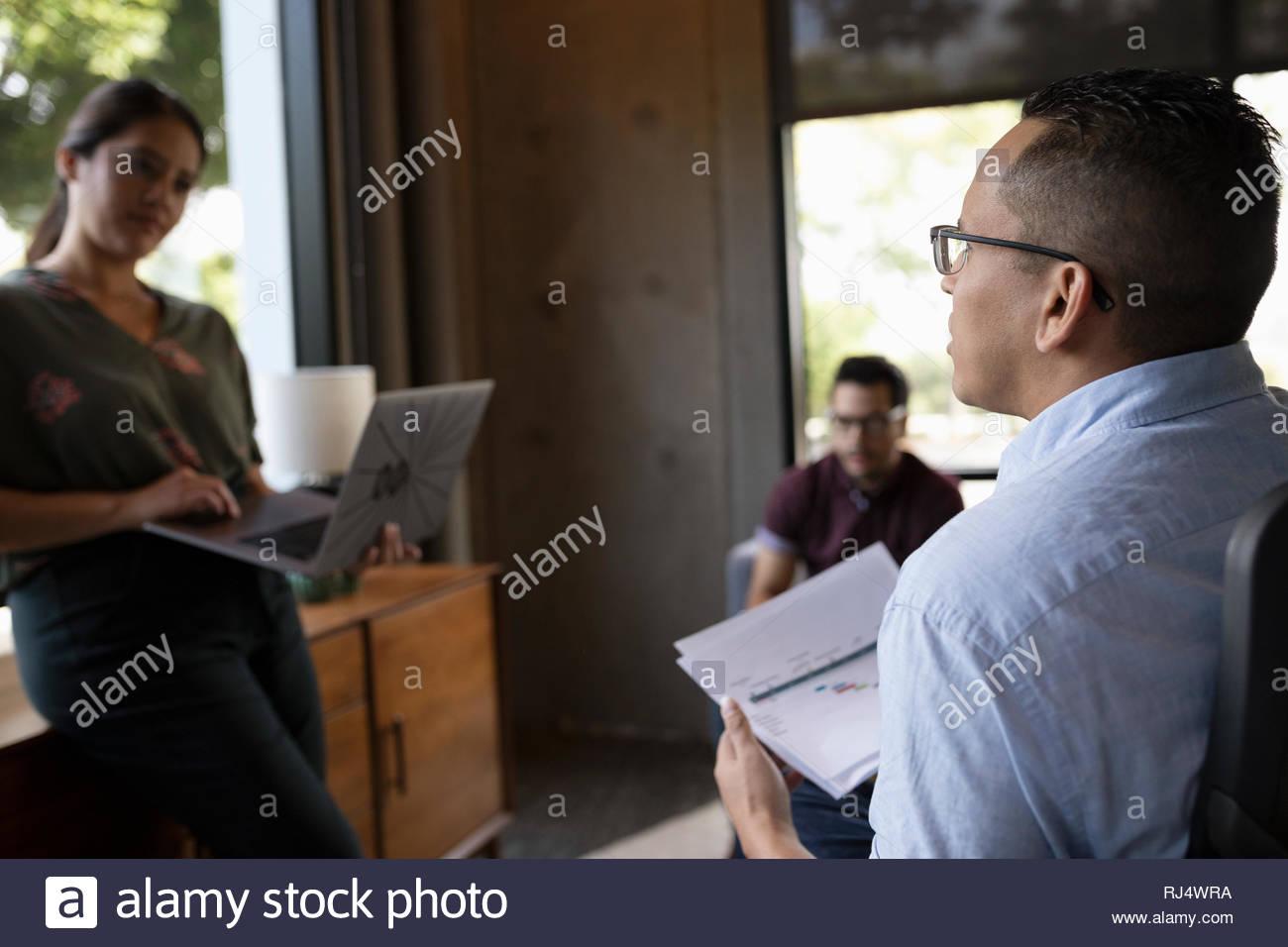 La gente di affari di parlare nella sala conferenza incontro Immagini Stock