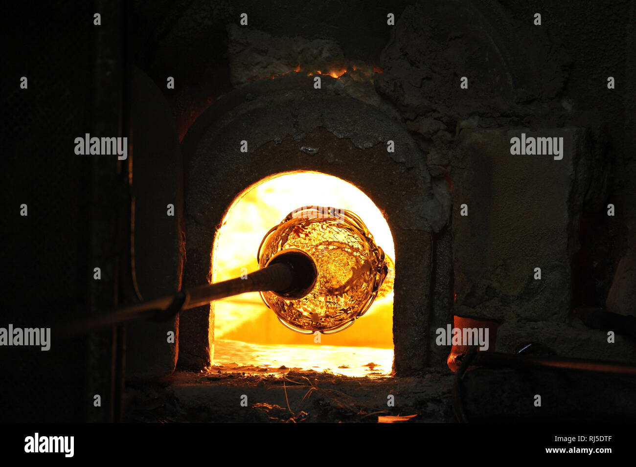 Traditionell hergestelltes Glasgefäß wird im erhitzt Brennofen Immagini Stock