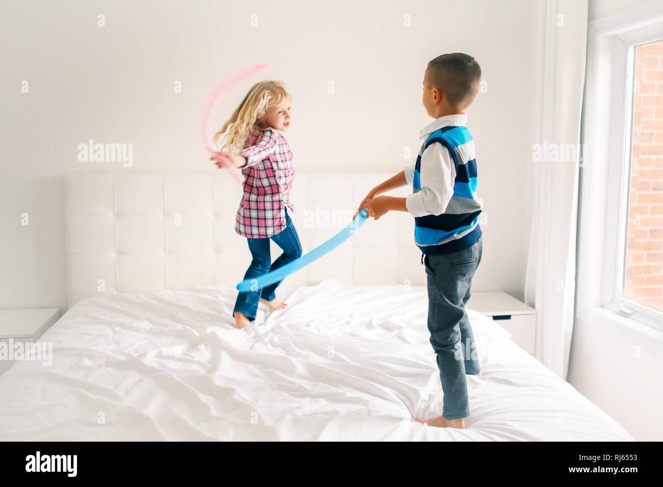 Due Graziosi Caucasica Adorabili Bambini Divertenti Di Saltare Sul Letto In Camera Da Letto E La