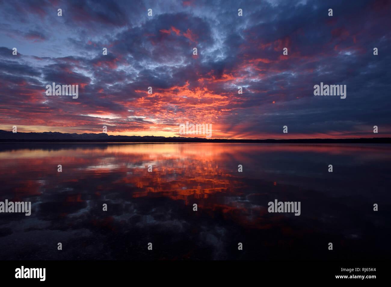 Deutschland, Bayern, Münsing, Starnberger See, Sonnenuntergang, Farben, Spiegelung Immagini Stock