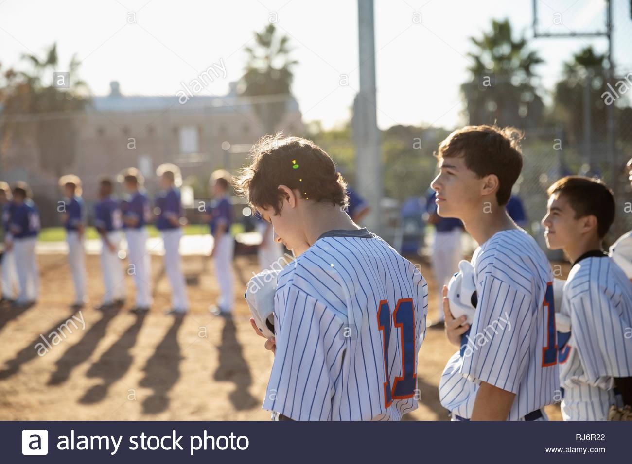 I giocatori di baseball in piedi per inno nazionale Immagini Stock