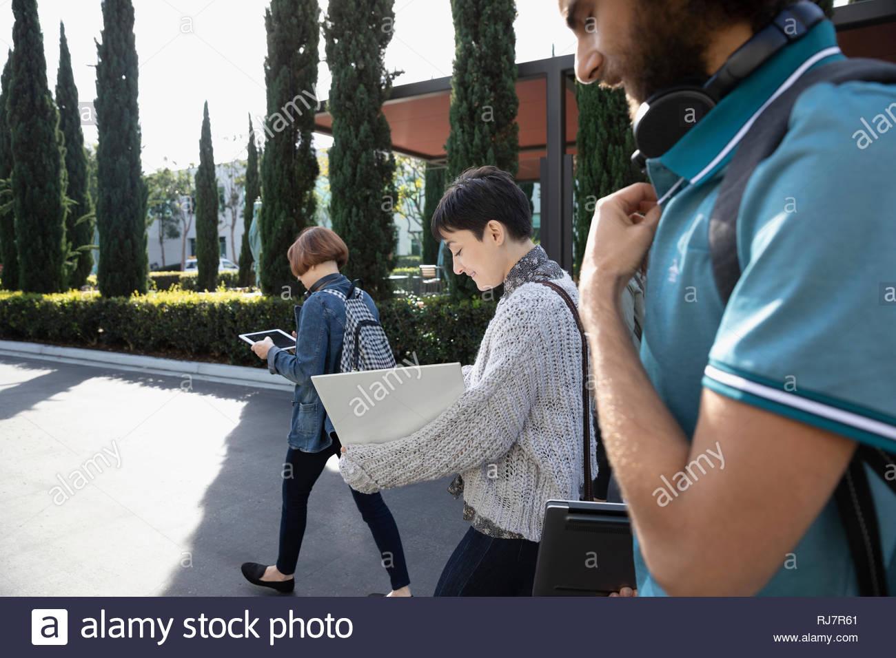La gente di affari a piedi in parcheggio Immagini Stock
