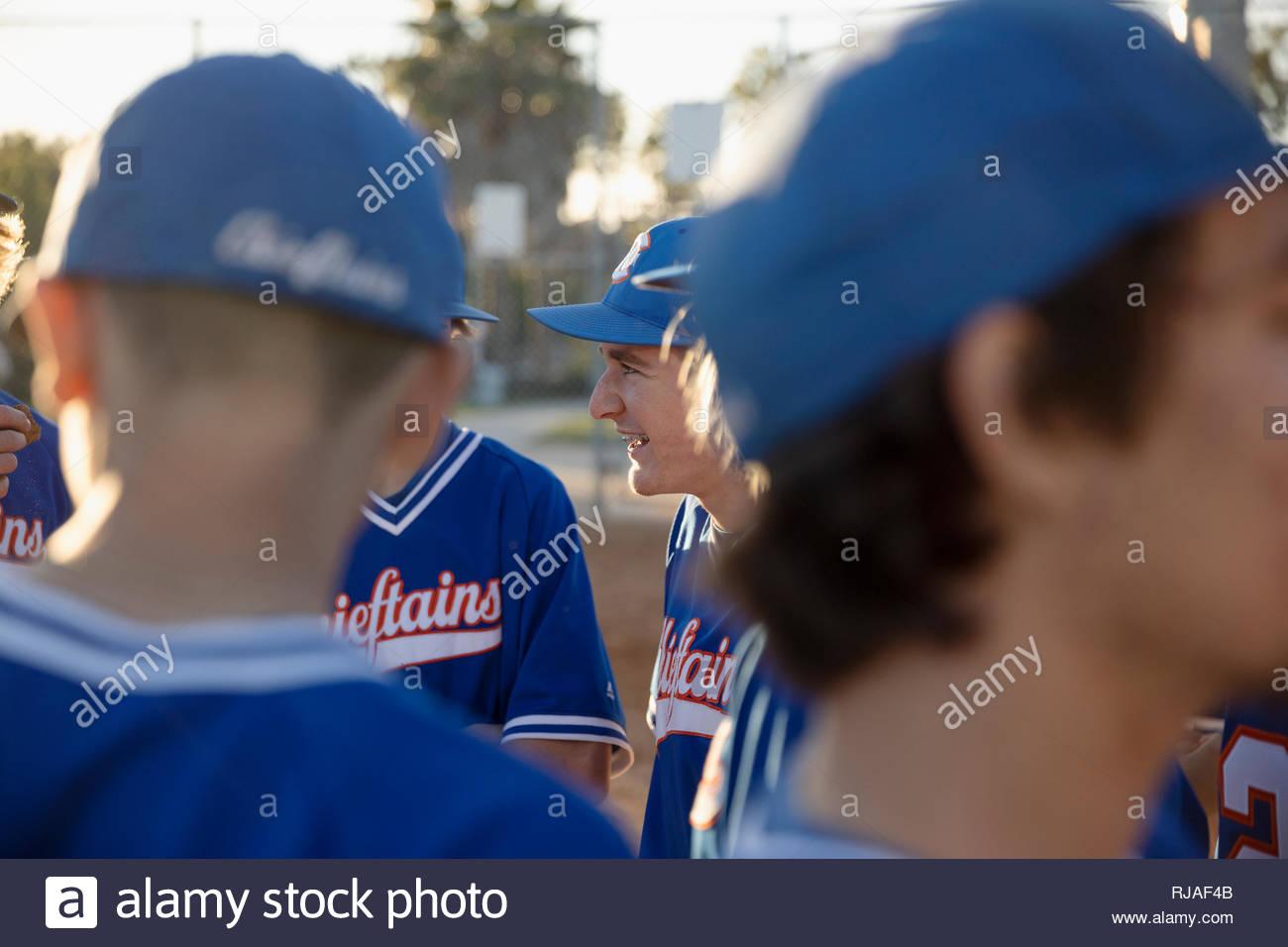 Squadra di baseball parlando in huddle Immagini Stock
