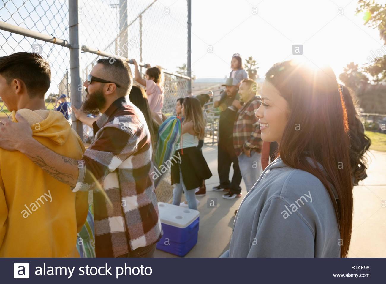 Sorridendo gli appassionati di baseball la visione di gioco Foto Stock