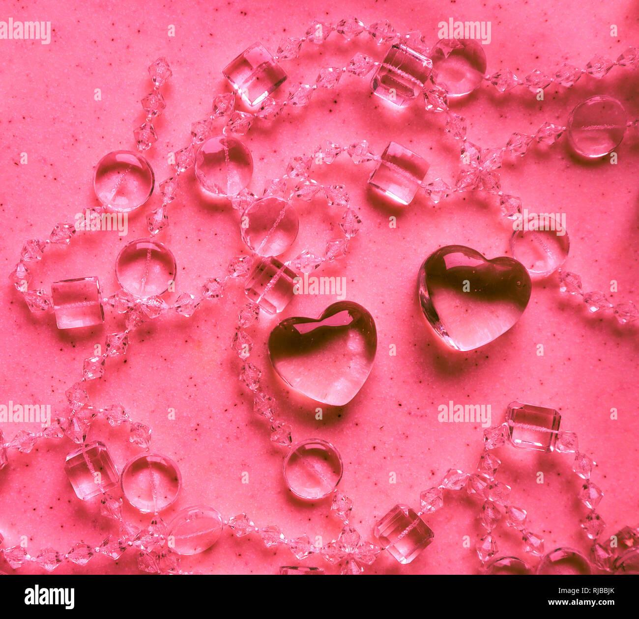 Cuori Trasparenti E Perle Su Marmo Rosa In Tono San Valentino